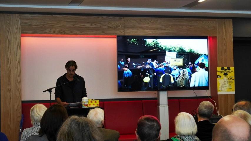 Der Vorsitzende der BI Ahaus Heiner Möllers begrüßt die Gäste